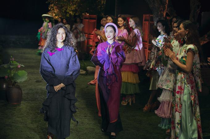 Nhà thiết kế Thủy Nguyễn, Linh Nga và dàn mẫu trong màn chào kết.