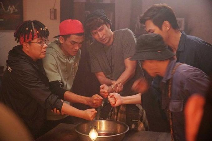 Bốn nam chính của phim gặp nhiều chuyện kinh dị lẫn khôi hài.