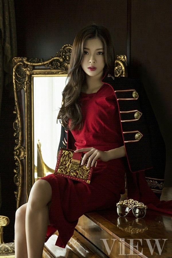 Lee Sun Bin sinh năm 1994, là một nghệ sĩ đa tài của showbiz Hàn.