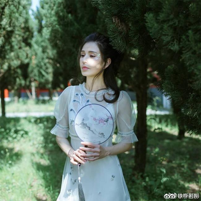 Lý Nhược Đồng sinh năm 1973, nổi tiếng với vai Cô Cô trong Thần điêu đại hiệp. Ngoài ra, cô đóng nhiều phim khác như Đại nội mật thám, Thành phố yêu thú, Hỏa thiêu Hồng Liên Tự...
