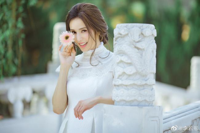 Trên trang cá nhân, Lý Nhược Đồng viết: Cảm ơn các nhiếp ảnh gia đã chụp cho tôi bộ ảnh rất đẹp. Ở tuổi 45, Lý Nhược Đồng sống cuộc sống độc thân không chồng con, cô tìm thấy niềm vui với công việc, bạn bè.