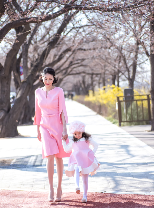 Hà Kiều Anh mặc ton-sur-ton hồng dạo phố Hàn Quốc với con gái cưng. Bé Viann lên 4 tuổi rất lém lỉnh, đáng yêu và điệu đà giống mẹ.