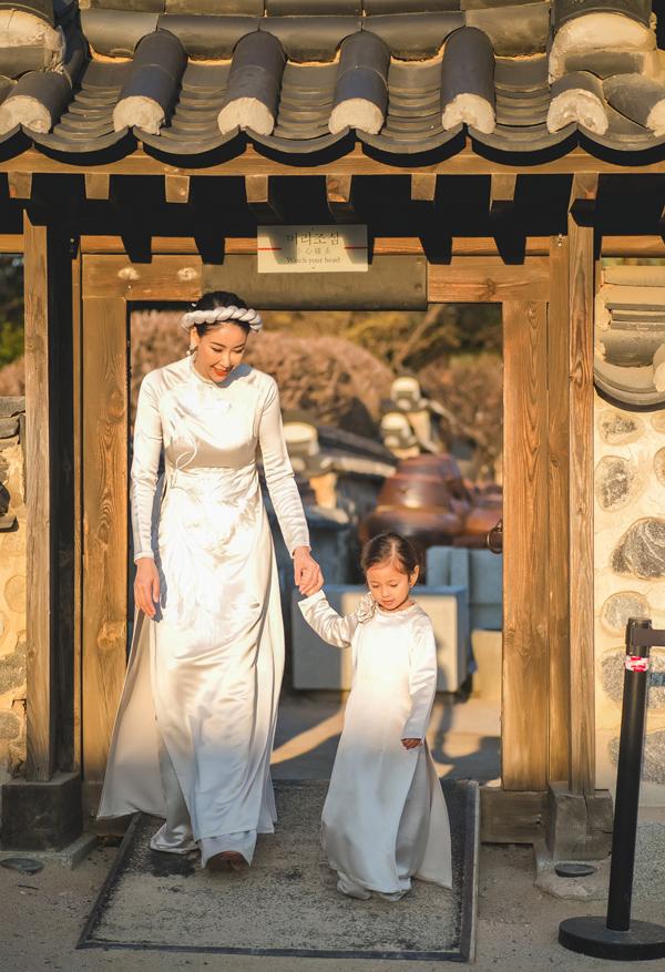 Hai mẹ con đi tham quan một số công trình kiến trúc, địa danh nổi tiếng ở xứ kim chi.