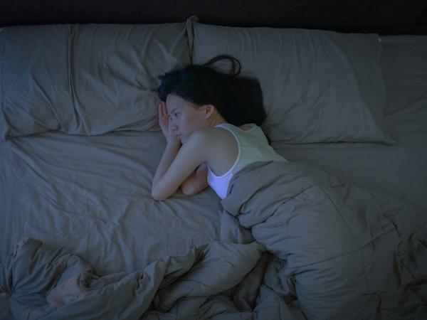 Thức dậy trong bóng tối Đồng hồ sinh học của cơ thể rất nhạy cảm với ánh sáng. Nếu không bật đèn sáng hoặc mở rèm cửa sau khi thức dậy, cơ thể rất dễ hiểu nhầm rằng lúc này vẫn còn là ban đêm, bạn sẽ thấy buồn ngủ, uể oải, không muốn thức dậy,
