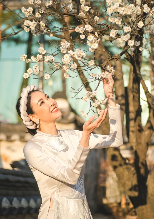 Người đẹp thích thú ngắm hoa anh đào đang nở rộ ở xứ kim chi.