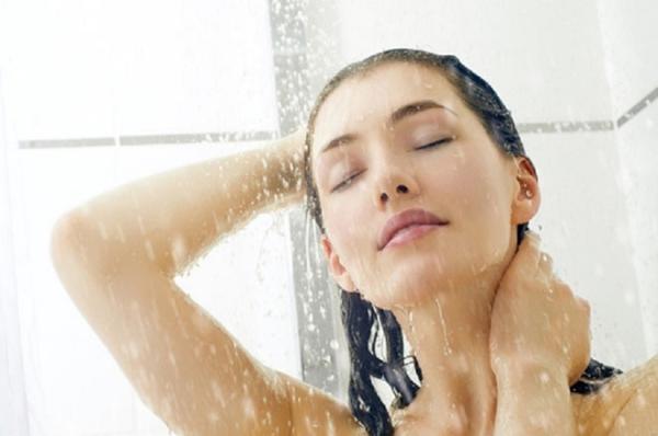 Tắm nước nóng Tắm buổi sáng có thể khiến bạn thấy thoải mái, tỉnh táo hơn nhưng bạn nên tắm nước mát chứ không nên dùng nước nóng. Tắm nước nóng đưa cơ thể vào trạng thái thư giãn, nghỉ ngơi. Tắm nước lạnh vào buổi sáng sẽ khiến bạn tỉnh táo, sảng khoái và tràn đầy năng lượng.