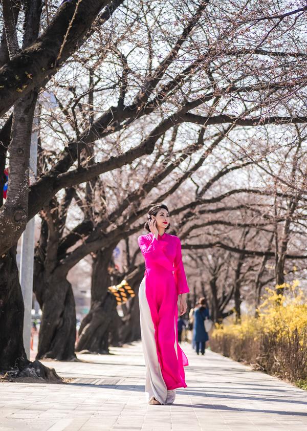 Mỹ nhân 43 tuổi tự tin khoe dáng thanh mảnh khi mặc áo dài truyền thồng hồng rực.