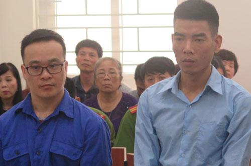 Bị cáo Phong và Tùng (từ trái qua) tại phiên tòa.