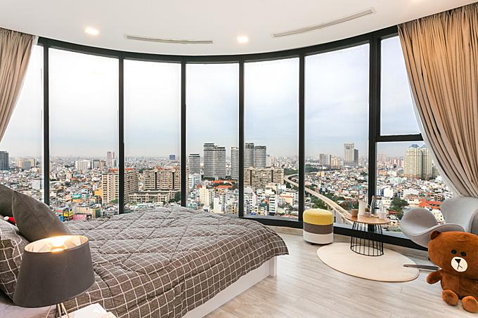 Quang cảnh thành phố nhìn từ phòng ngủ homestay trong tòa Vinhomes Golden River.