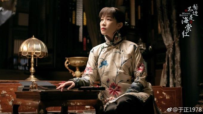 Ngôi sao Hong Kong khoe nhan sắc mặn mà trong các bộ trang phục thập niên 1930 và kiểu vấn tóc của phụ nữ có chồng đương thời. Bên tóc mai không phải hải đường hồng đánh dấu cuộc tái hợp của Xa Thi Mạn với nhà sản xuất Vu Chính, sau thành công của phim cung đấu Diên Hy công lược.
