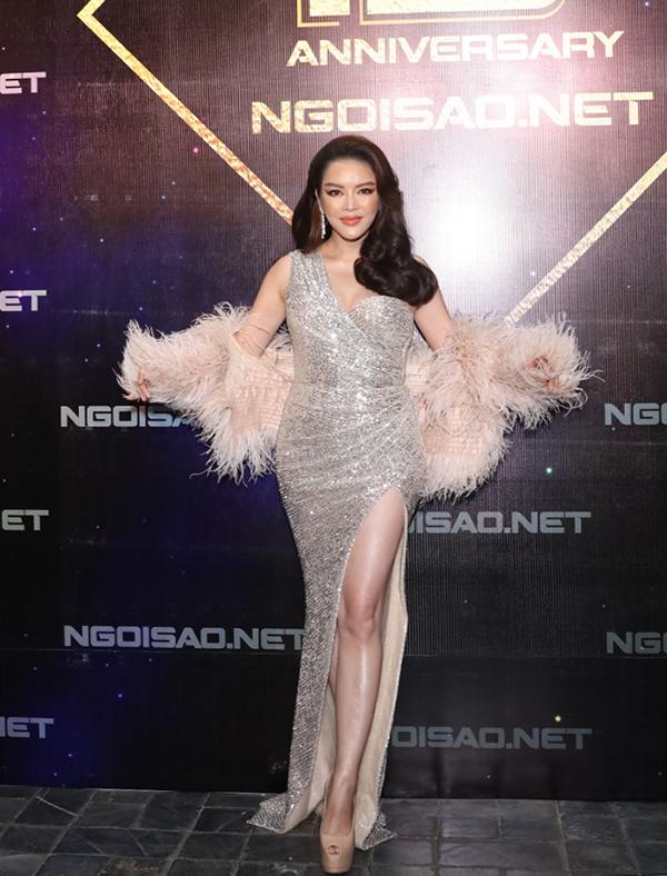 Cũng chọn trang phục lấp lánh đúng dress code Glamorous, Lý Nhã Kỳ khoe đường cong với mẫu váy ôm khít nuột nà.