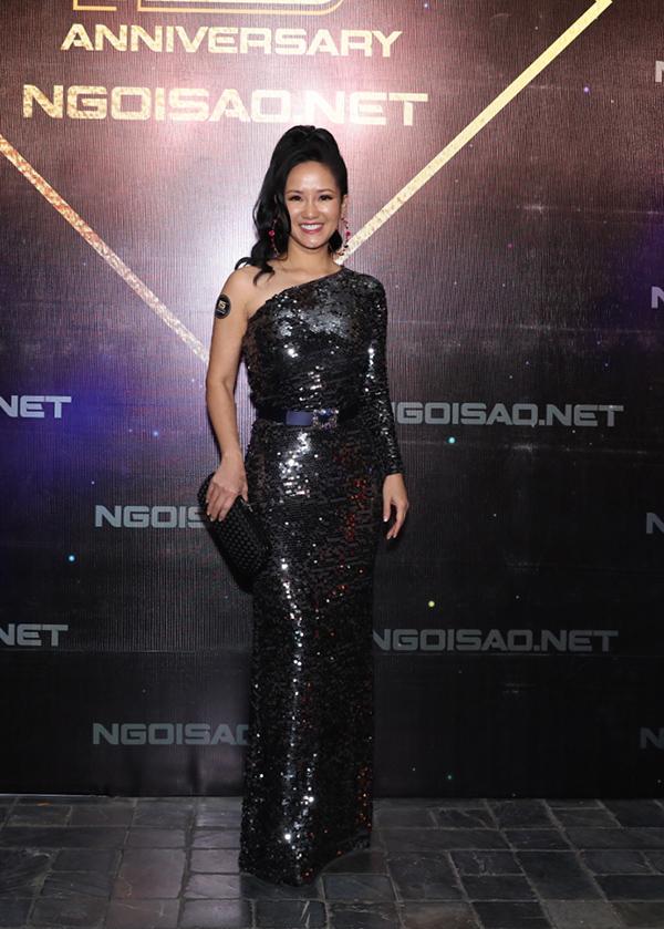 Thân hình mảnh mai đáng ngưỡng mộ ở tuổi 49 của diva Hồng Nhung được tôn lên qua bộ đầm lệch vai duyên dáng.