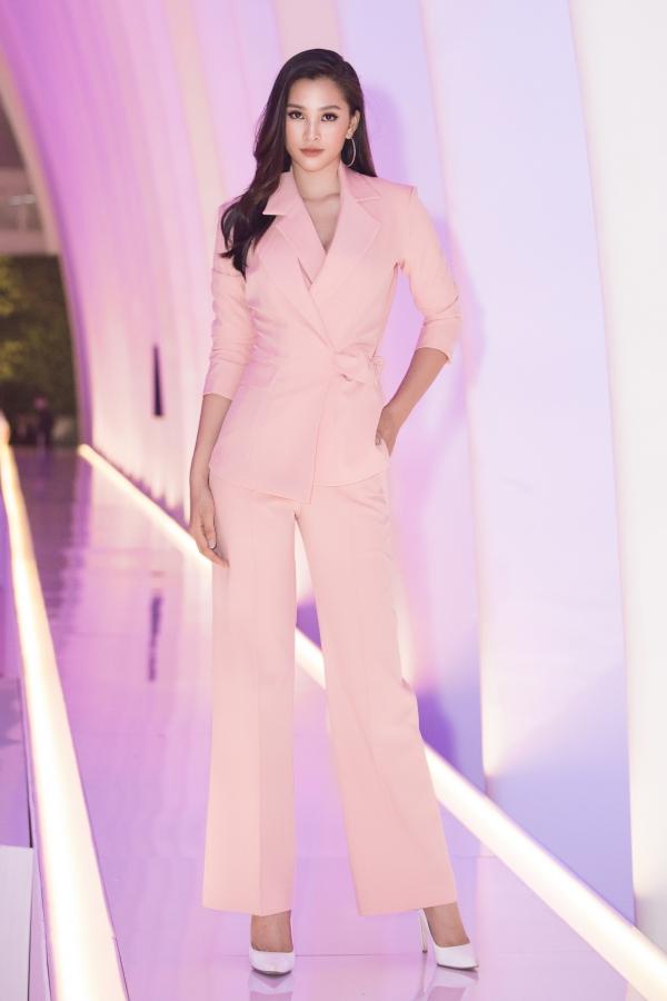Rũ bỏváy dạ hộiquen thuộc, Hoa hậu Tiểu Vy chọn bộ vest cá tính tham dự một sự kiện tối 20/4 tại TP HCM.