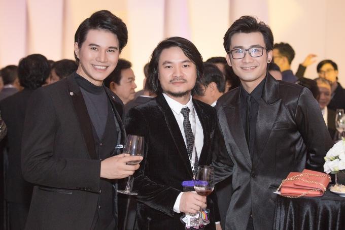 Từ trái qua MC Vũ Mạnh Cường, đạo diễn Hoàng Nhật Nam, ca sĩ Chí Thiện hội ngộ ở sự kiện.