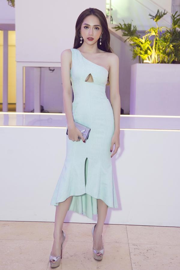 Hoa hậu Hương diện váy lệch vaitrên thảm đỏ.