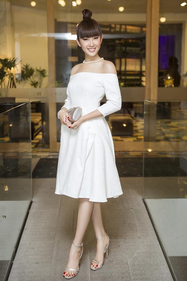 Thúy Ngân khoe vai trầnvới chiếc váy thanh lịch, kết hợp trang sức ngọc trai làm điểm nhấn.
