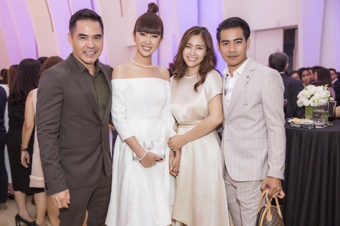 Vợ chồng Thanh Bình - Ngọc Lan (phải) hạnh phúc bên nhau tại sự kiện.