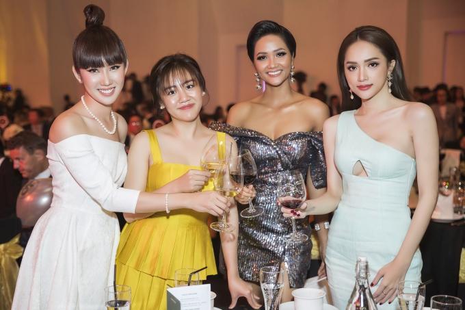 Từ trái qua, Thúy Ngân đọ dáng bên Văn Mai Hương, Hoa hậu HHen Niê, Hoa hậu Hương Giang.