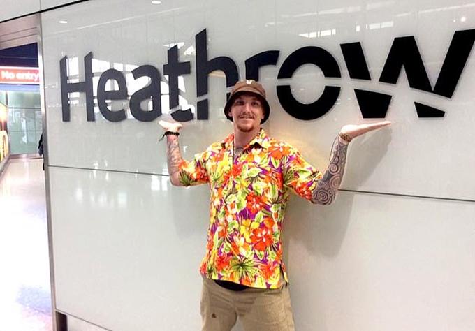 Chris Dodd chụp hình ở phi trường Heathrow ngày 19/4, sau khi trở về từ Thái Lan - Ảnh DoddFamily