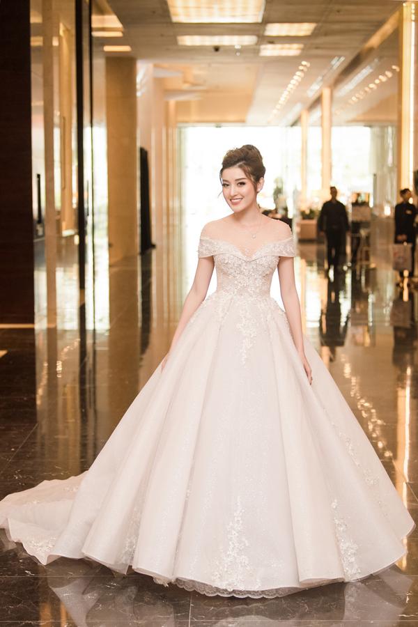 Trong event, Huyền My khiến các vị khách mời không thể rời mắt khi biến thành cô dâu xinh đẹp với chiếc soiree 2,5 tỷ đồng. Bộ cánh trễ vai trầnđược đính kết 500 viên đá kim cương quý giá cùng hàng chục nhìn viên đáSwarovski cao cấp.