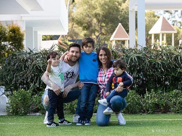 Vợ Messi đăng ảnh cả gia đình, chúc các fan có ngày cuối tuần vui vẻ hôm 20/4.
