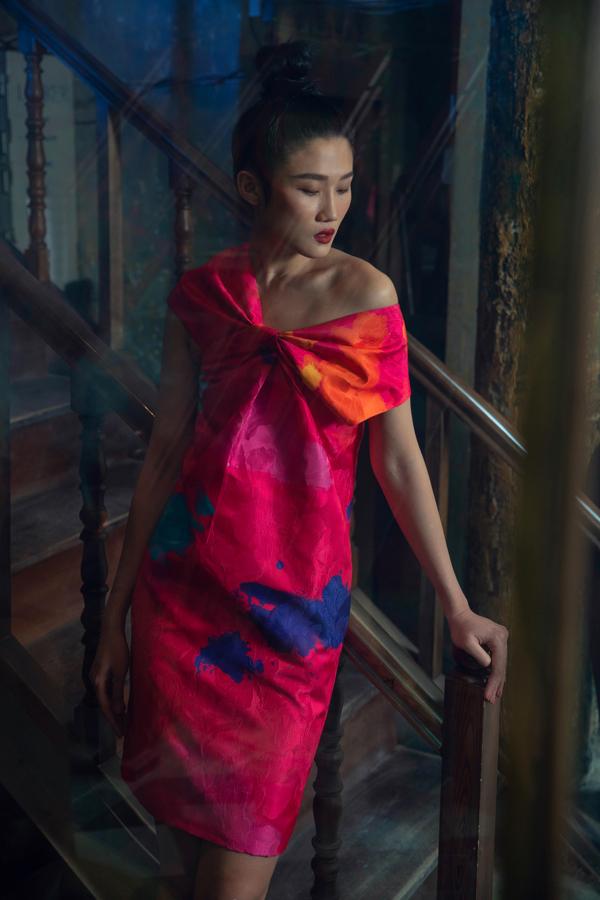 Những tông màu kích thích thị giác cao, đồng điệu cùng trào lưu thịnh hành mùa hè 2019 cũng được hai nhà mốt Việt áp dụng một cách khéo léo.
