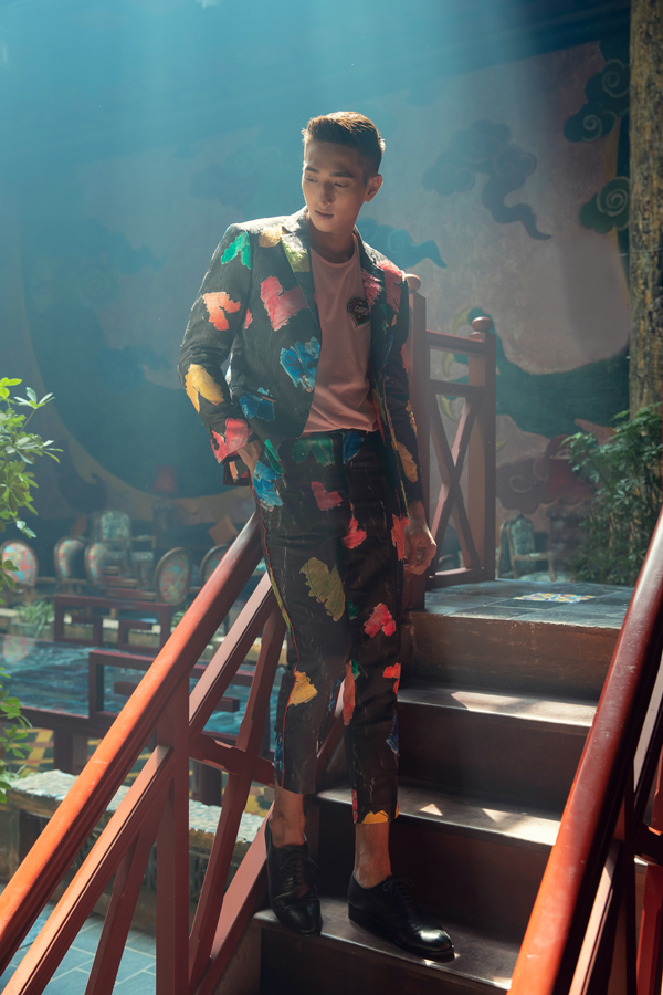 Các thiết kế dành cho nam cũng được hai nhà thiết kế thổi một làn gió mới thông qua các bộ vest họa tiết sắc màu đầy thanh lịch, nổi bật tô vẽ cho mùa hè thêm rực rỡ.