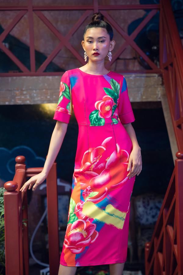 Hai nhà thiết kế sử dụng họa tiết hoa hải đường với kích cỡ lớn trên các các tông màu hồng cánh sen, cam san hô, xanh, đen kết hợp với xu hướng tie-dye - một trong những xu hướng nổi bật của mùa xuân hè 2019 cực kỳ ấn tượng.