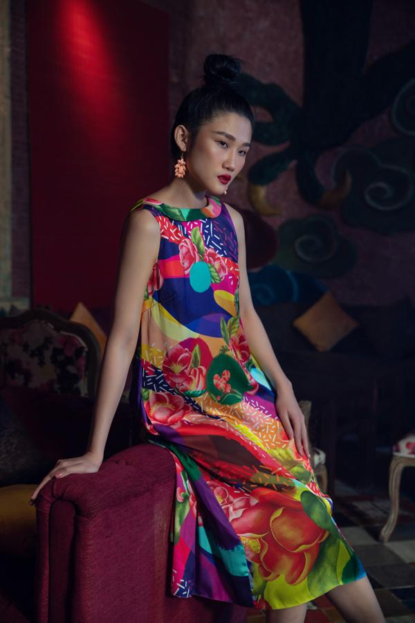 Các mẫu váy suông với chi tiết sát nách, cổ tròn, cổ V đổ sâu được tận dụng để mang lại sự thoải mái cho phái đẹp trong mùa nắng.