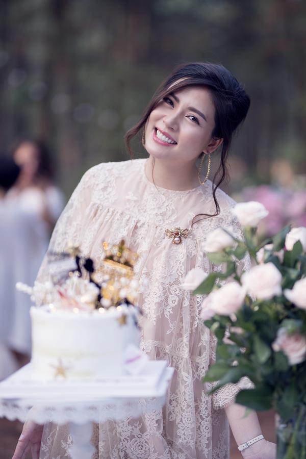 Từ khi lập gia đình, Ngọc Hiền rút khỏi showbiz để vun vén cho tổ ấm và sinh hai con, một gái (7 tuổi) và một trai (3 tuổi). Hiện tại cô mang bầu con thứ ba và dự kiến sẽ vượt cạn vào tháng 9 tới.