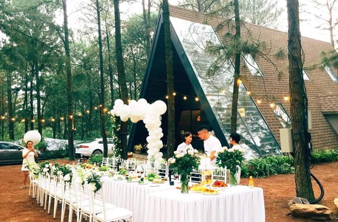 Không gian lãng mạn mà ông xã và bạn bè chuẩn bị cho tiệcsinh nhật củaNgọc Hiền.