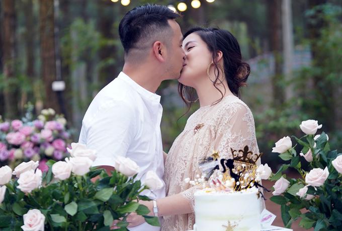 Trong bữa tiệc, Ngọc Hiền rất hạnh phúc bởi nhận được sự yêu thương của ông xã và bạn bè. Chồng cô - doanh nhânNgô Đình Nam không ngại ôm hôn vợđể bày tỏ tình cảm. Cặp đôi kết hôn đã 8 năm nhưng tình cảm vẫn ngọt ngào như thuở mới yêu.