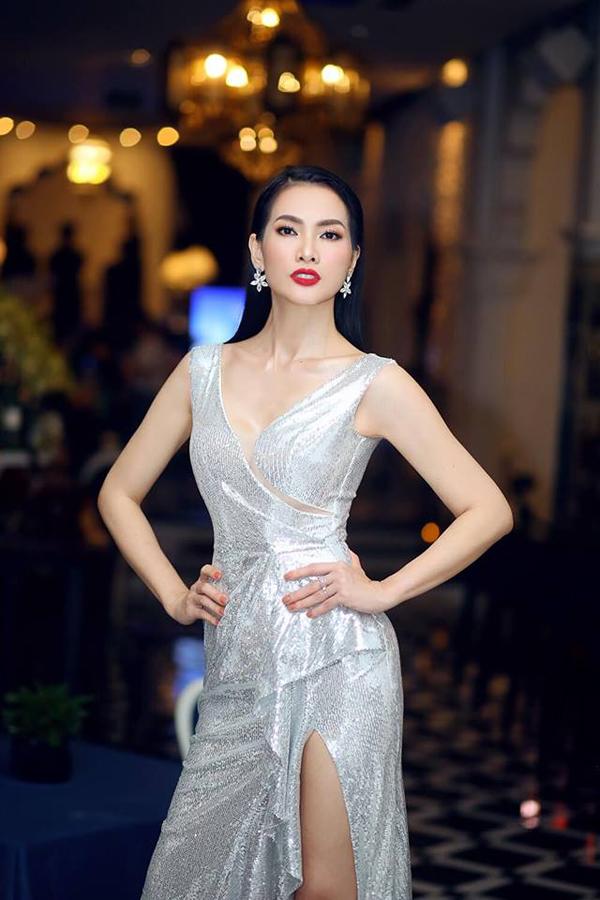Để giúp siêu mẫu Anh Thư thêm phần cuốn hút khi tham gia sự kiện, Nguyễn Hà Nhật Huy đã thêm vào váy dạ tiệc các đường cắt xẻ hợp lý.