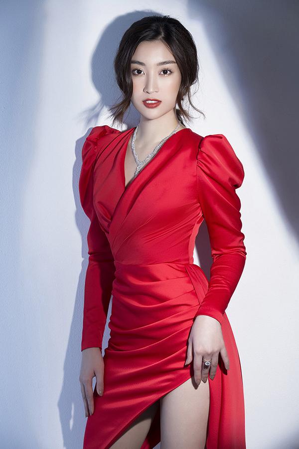 Đỗ Mỹ Linh phô diễn đường cong với váy Đỗ Long - 4