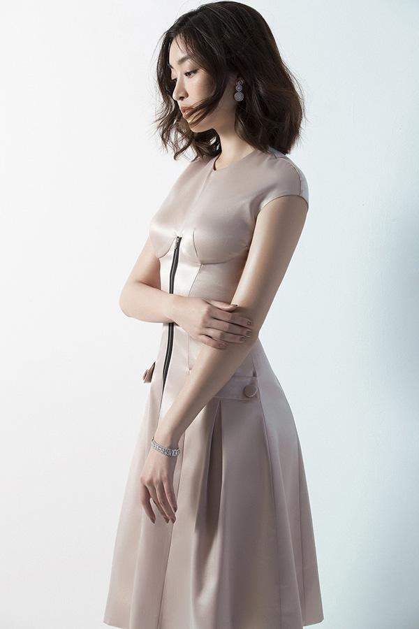 Đỗ Mỹ Linh phô diễn đường cong với váy Đỗ Long - 8