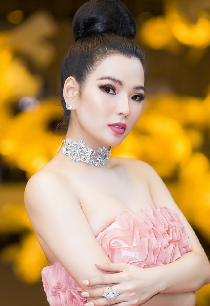 Tối ngày 21/4, CEO Cao Thị Thùy Dung tổ chức lễ trao giải Top White Best Awards of The Year 2019 tại Gem Center, nhằm vinh danh những đại lý có thành tích xuất sắc trong kinh doanh. Trước đó, công ty cũng vừakhánh thành nhà máy sản xuất mỹ phẩm Happy Secret với kinh phí đầu tư 2 triệu USD tại quận 7, TP HCM.