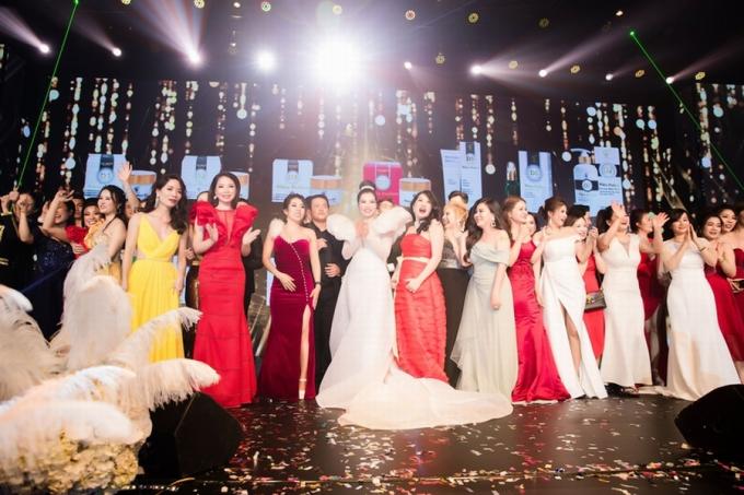 Đây là dịp để cácđại lý trong và ngoài nướcnhìn lại hành trình phát triển của thương hiệu mỹ phẩm cao cấp Top White trong suốt một năm qua. So với sự kiện năm 2018, năm nay Top White Best Awards of The Year 2019 vượt trội về đẳng cấp và quy mô.