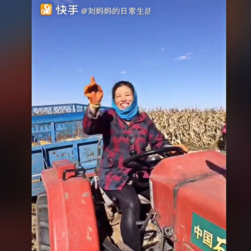 Liu Mama – một nông dân livestream nổi tiếng Trung Quốc có trên 14 triệu người theo dõi. Cô được cho kiếm gần 150.000 USD mỗi tháng, nhờ trải nghiệm thôn dã đem lại cho người xem thành thị. Ảnh: The New Yorker.