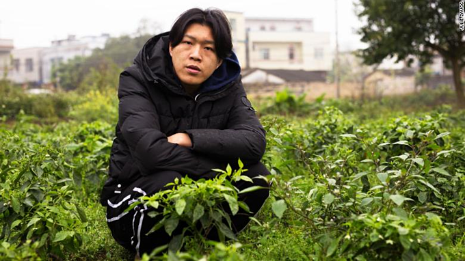 Bối cảnh làm phim của Wu Nengji là trang trại nhà mình, nơi anh cũng nuôi lợn. Ảnh: CNN.