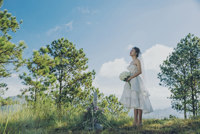 Bộ váy cưới mà Văn Mai Hương diện được đính ren làm tăng sự lãng mạn. Thiết kế mang phom dáng chữ A, giúp cô dâu dễ dàng di chuyển và đặc biệt phù hợp với hôn lễ tổ chức vào mùa hè. Thân dưới của váy được xếp tầng bậc khiến cô dâu trở nên duyên dáng, ngọt ngào.