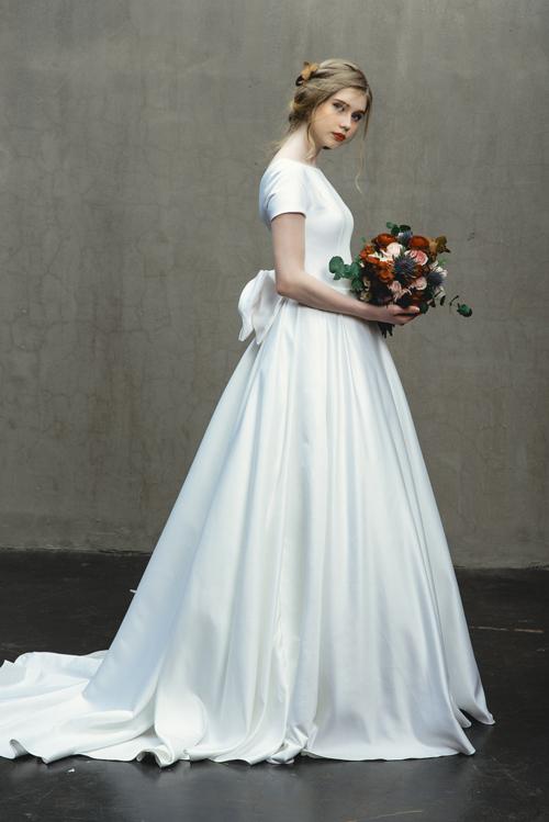 Bộ đầm tiếp tục theo đuổi phong cách tối giản (minimalist), mang đến vẻ đẹp vĩnh cửu vượt thời gian.
