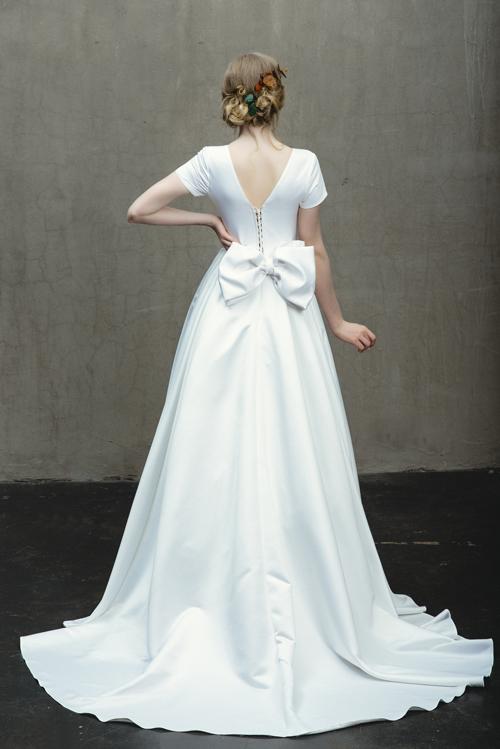 Đằng lưng váy có chiếc nơ to bản để tạo điểm nhấn giúp nàng thêm nữ tính, cuốn hút.