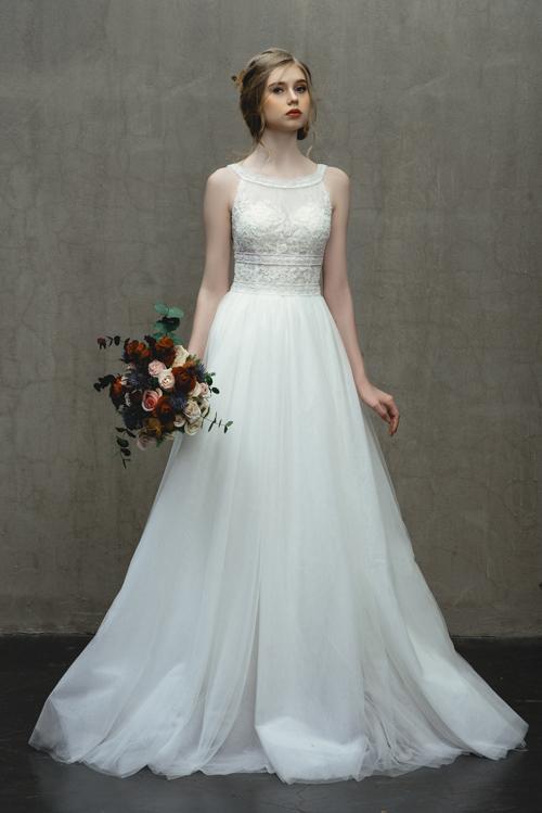 Váy Canary có phom dáng cổ điển, nhẹ nhàng được làm từ ren có họa tiết đính kết tinh xảo.