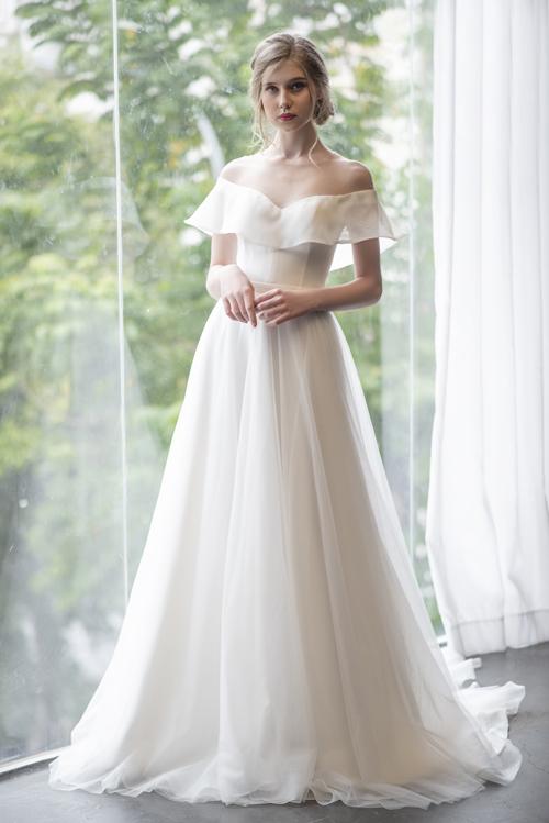 Chiếc váy mang tên Juliette được lấy cảm hứng từ thời trang cưới tối giản của thập niên 1960, gửi gắm sự cổ điển thông qua phom dáng, chất liệu mềm mại và sự tinh tế trong từng đường kim mũi chỉ.