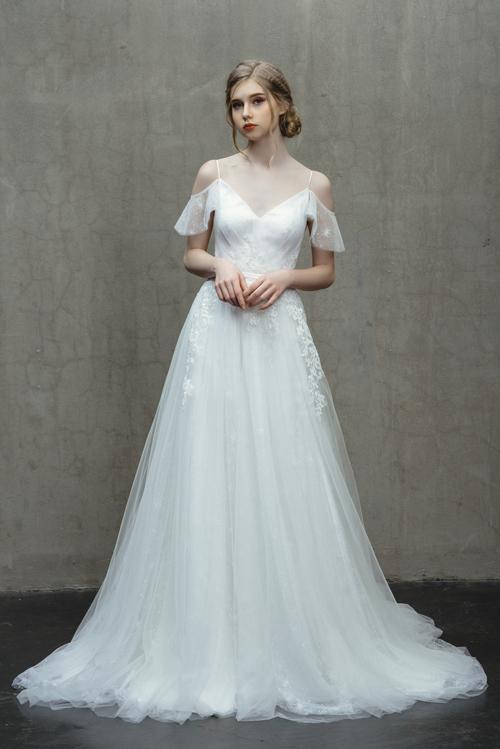 Váy Snowflake tựa như bông hoa tuyết tinh khôi, thổi làn gió dịu mát cho ngày hè. Chiếc váy chữ A có đặc trưng là dễ di chuyển, giấu đi vòng hai kém thon gọn của cô dâu. Váy hai dây kèm vai trễ giúp nàng thêm nữ tính, yểu điệu.