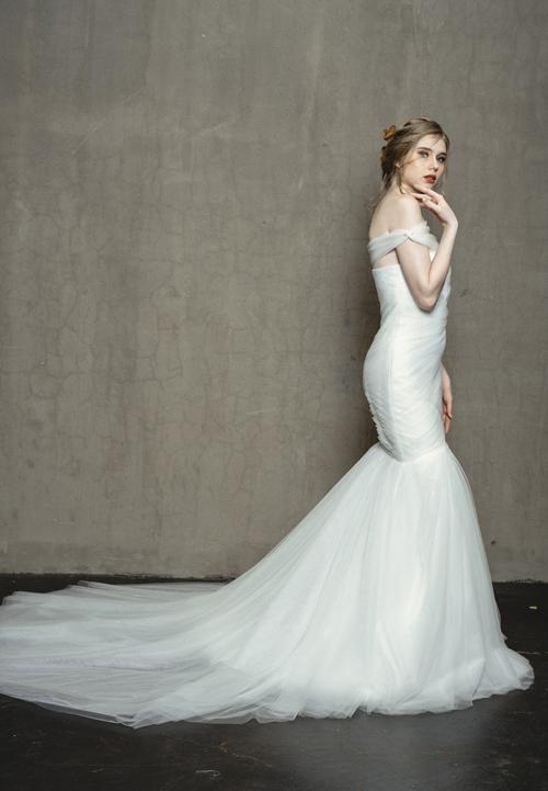 Chất liệu vải tulle mềm mại cùng kỹ thuật lên phom dáng khiến mẫu váy tuy đơn giản nhưng vẫn có sức hút riêng.