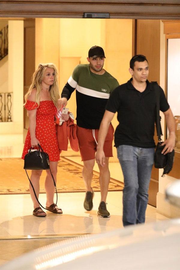Chiều tối chủ nhật, 21/4, Britney Spears được trông thấy rời khách sạn Montage Beverly Hills ở Los Angeles cùng bạn trai - người mẫu Sam Asghari. Đây là lần đầu tiên Britney xuất hiện kể từ khi cô đi điều trị khủng hoảng tinh thần vào đầu tháng 4. Britney đã bị suy kiệt cả về thể chất lẫn tinh thần sau thời gian dài chăm bố ốm nặng.