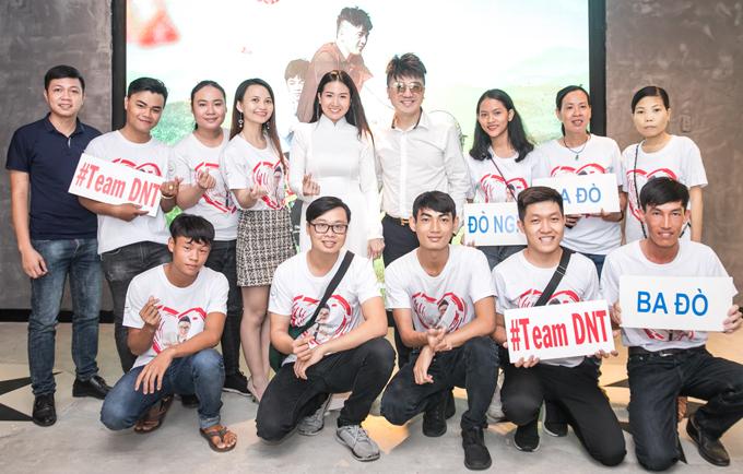 Dương Ngọc Thái cùng bà xã chụp ảnh với các thành viên trong fan club của nam ca sĩ.