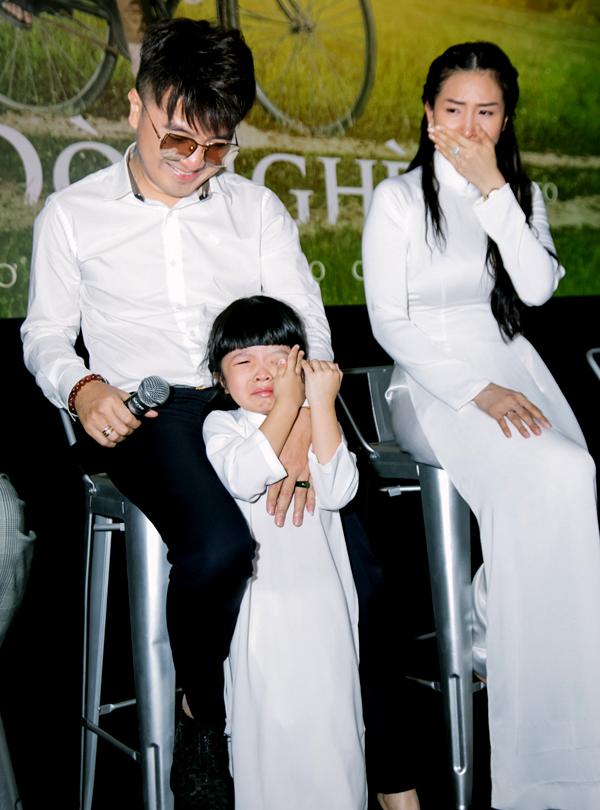 [Caption] Trong buổi họp báo, Quỳnh Vy – bà xã Dương Ngọc Thái xúc động đến bật khóc khi xem qua music video Đò Nghèo. Quỳnh Vy cho biết, cô đã được xem đi, xem lại 3 lần phim ngắn nhưng vẫn rất xúc động trong buổi họp báo này.