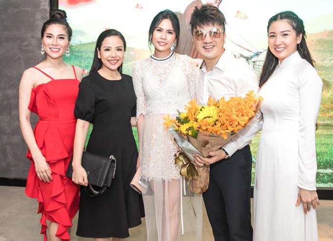 Nhiều bạn bè, đồng nghiệp tới chúc mừng Dương Ngọc Thái có sản phẩm mới.